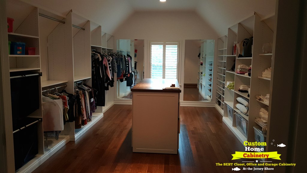 Walkin-Closet-with-some-Clothing